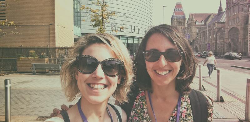 Fotografía de dos mujeres jóvenes sonriendo a la cámara