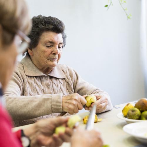 Mujeres pelando manzanas
